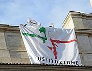 Lo striscione esposto dai deputati del M5S sul tetto della Camera dei Deputati