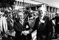 Eiji Toyoda con il presidente di Gm Roger B.Smith