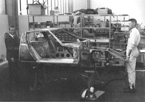 Wallace (a destra) nella fabbrica Lamborghini