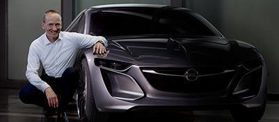 Karl-Thomas Neuman, a.d. Opel, accanto alla concept Monza