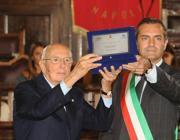 Giorgio Napolitano riceve una targa dal sindaco di Napoli Luigi De Magistris durante il 70esimo anniversario delle Quattro Giornate di Napoli (Ansa)