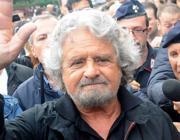 Il leader del M5S, Beppe Grillo, partecipa ad una manifestazione a Paderno Dugnano nel milanese (Ansa)