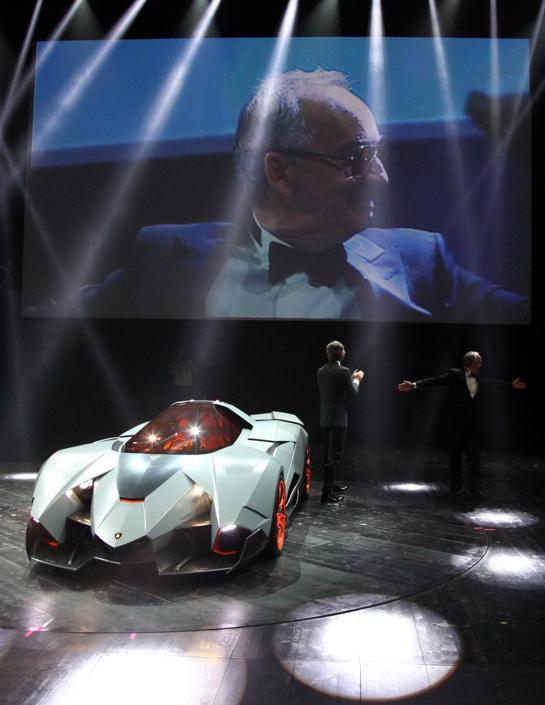 Walter de' Silva responsabile del design del gruppo Volkswagen presenta la Lamborghini Egoista.