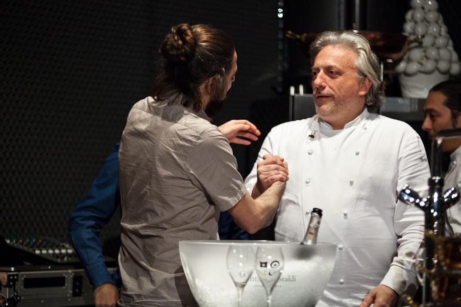Lo chef saluta il dj e produttore musicale Tommaso Colliva (Carlo Fico/Images-it)