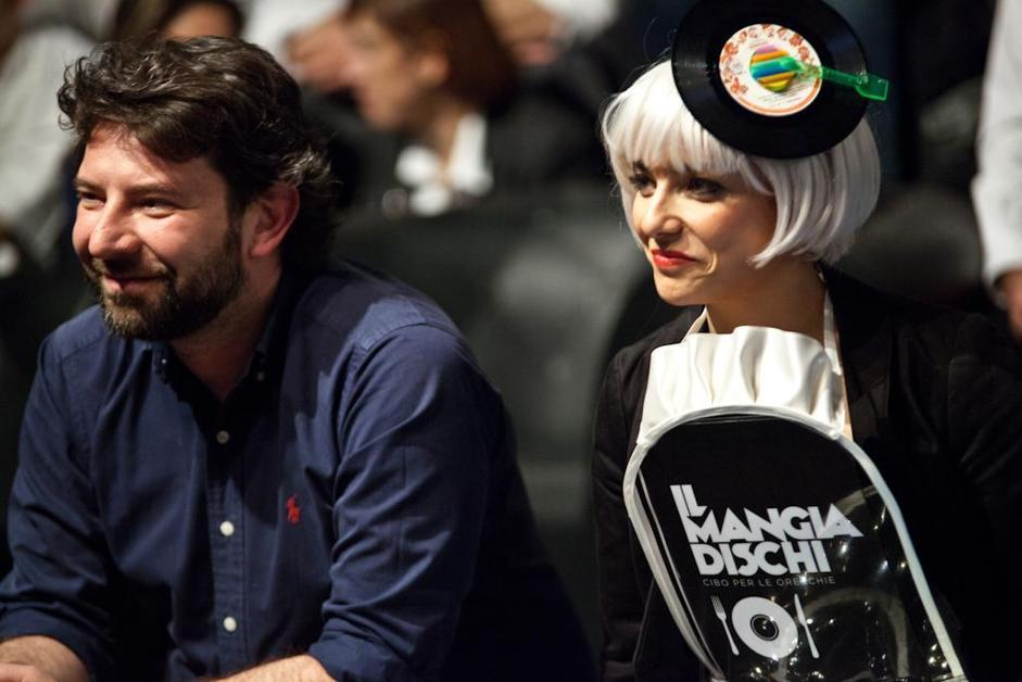 L'illustro-giornalista Gianluca Biscalchin con una delle vallette del programma, la gastroburlesque Miss Cookme (Carlo Fico/Images-it)