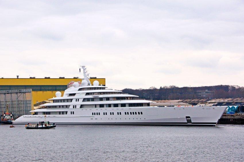 azzam lo yacht pi grande del mondo