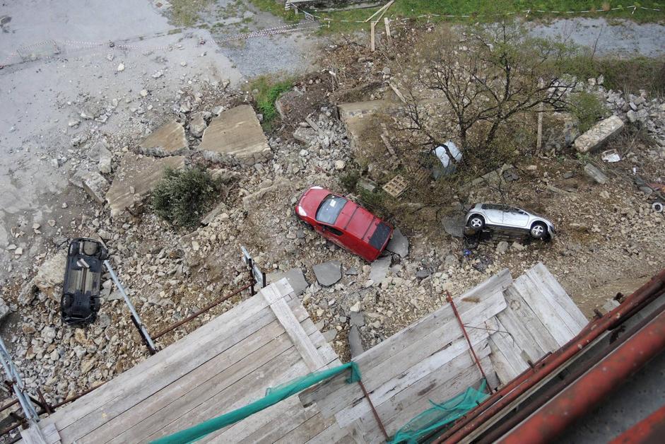 Muro e terriccio sono crollati sul cortile di una caserma sottostante, parzialmente dismessa, insieme a tre automobili che erano parcheggiate in strada (Ansa/Luca Zennaro)