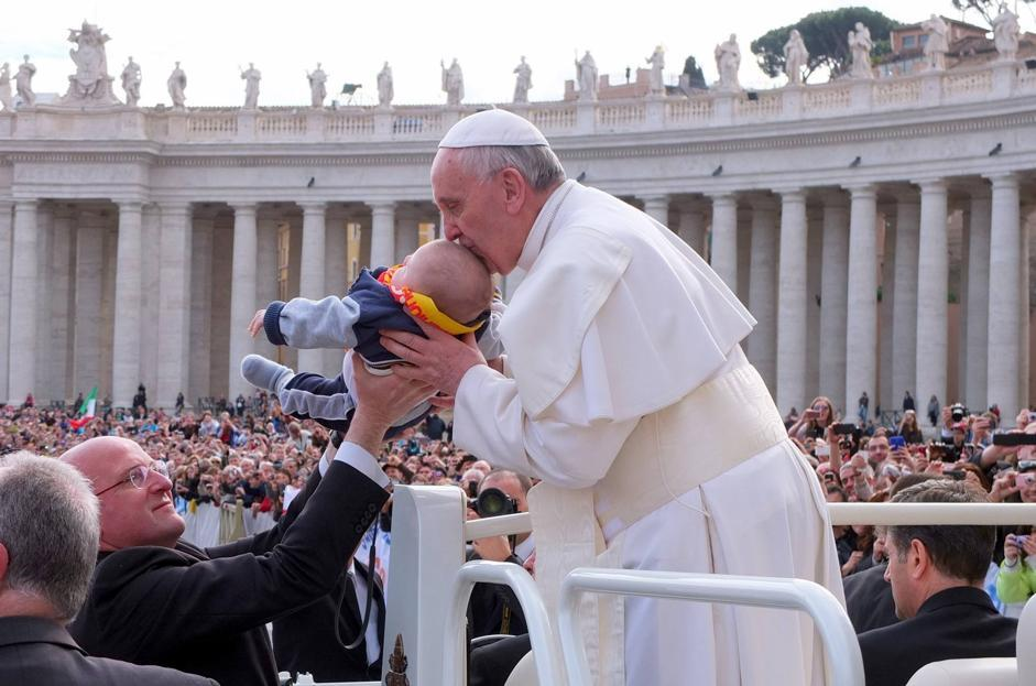Nei suoi incontri con la gente papa Francesco non manca di dimostrare il suo affetto verso i bambini (Olycom)