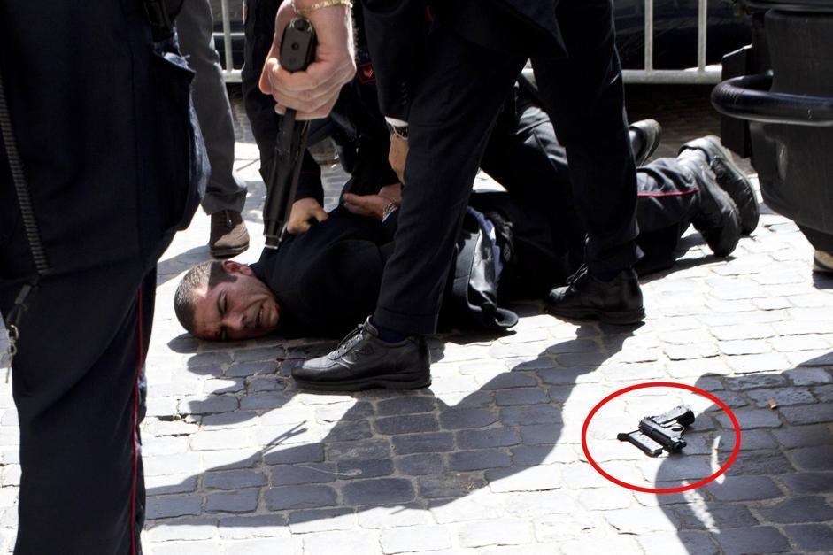 Preiti bloccato a terra dopo aver esploso sei colpi (Ansa/Percossi)