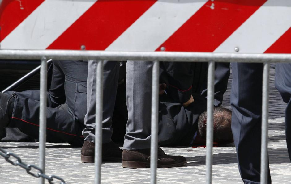 L'uomo ha svuotato il caricatore contro i militari. Nel corso della sparatoria anche una passante è stata colpita. Preiti, ferito a sua volta, è stato subito fermato (Reuters/Sposito)
