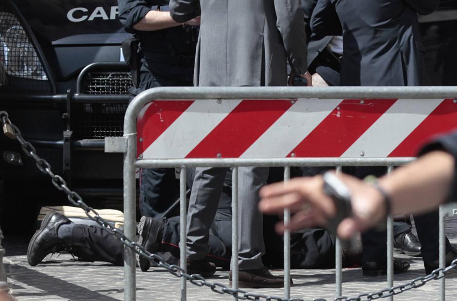 I concitati momenti dell'arresto di Luigi Preiti (Ap/Borgia)