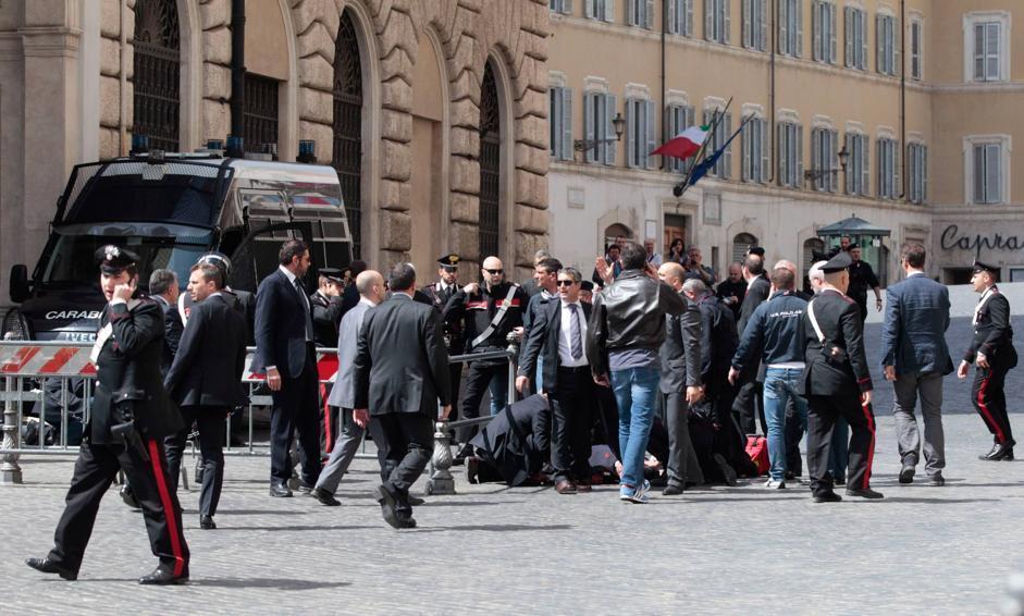 Uno dei carabinieri a terra, soccorso dai commilitoni e dal personale di Palazzo Chigi sulla destra (Ap/Borgia)
