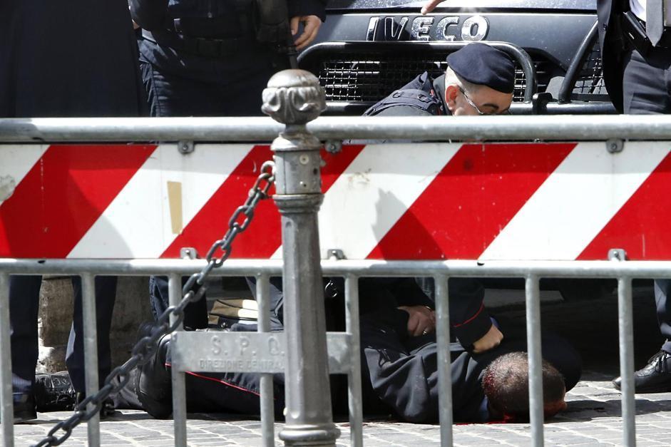 Il piazzale di Palazzo Chigi � stato chiuso agli estranei immediatamente dopo la sparatoria (Corbis/Ciambelli)