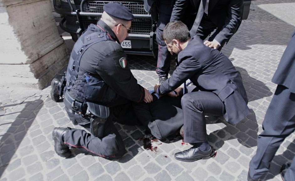 Un'altra angolazione dell'arresto di Luigi Preiti (LaPresse/Scrobogna)