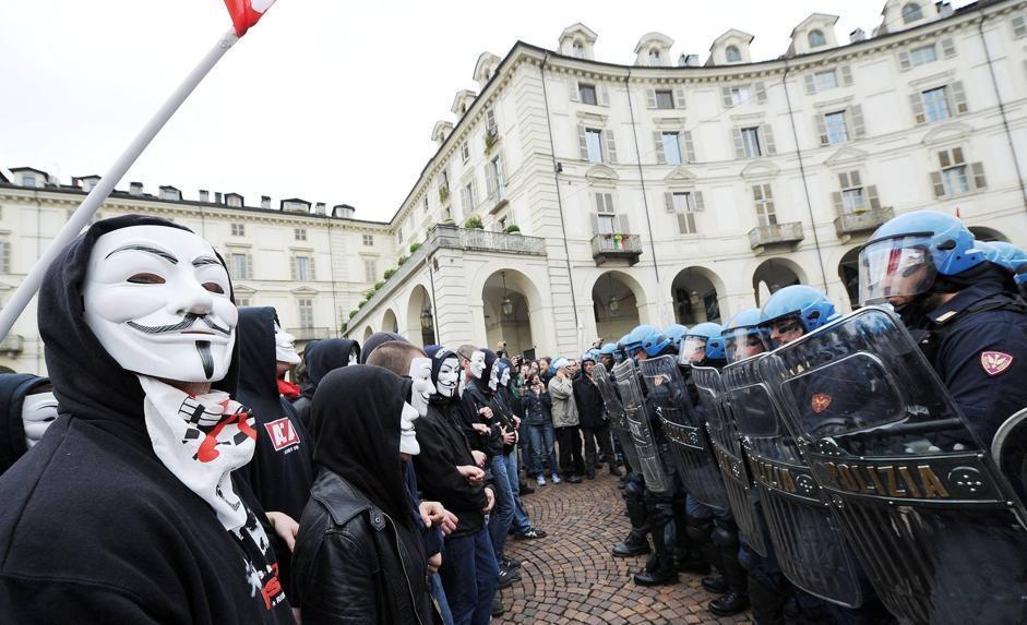 Anonymous contro gli agenti di polizia (Ansa/Di Marco)