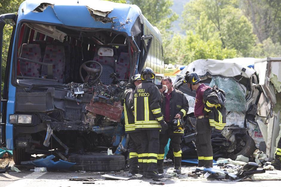 Tragico incidente in provincia di Campobasso: si sono scontrati un pullman, un camion e un'auto: tre morti e diversi feriti di cui quattro in gravi condizioni (Ansa/Lanese)