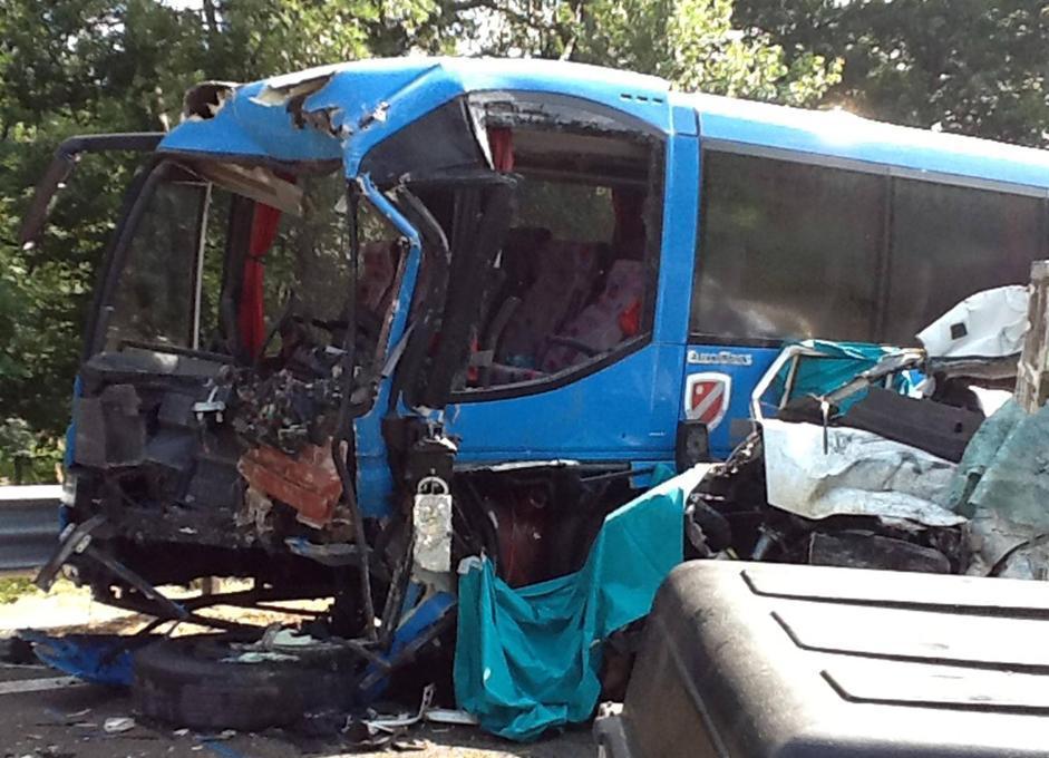 Tragico incidente in provincia di Campobasso: il pullman distrutto (Ansa/Luongo)