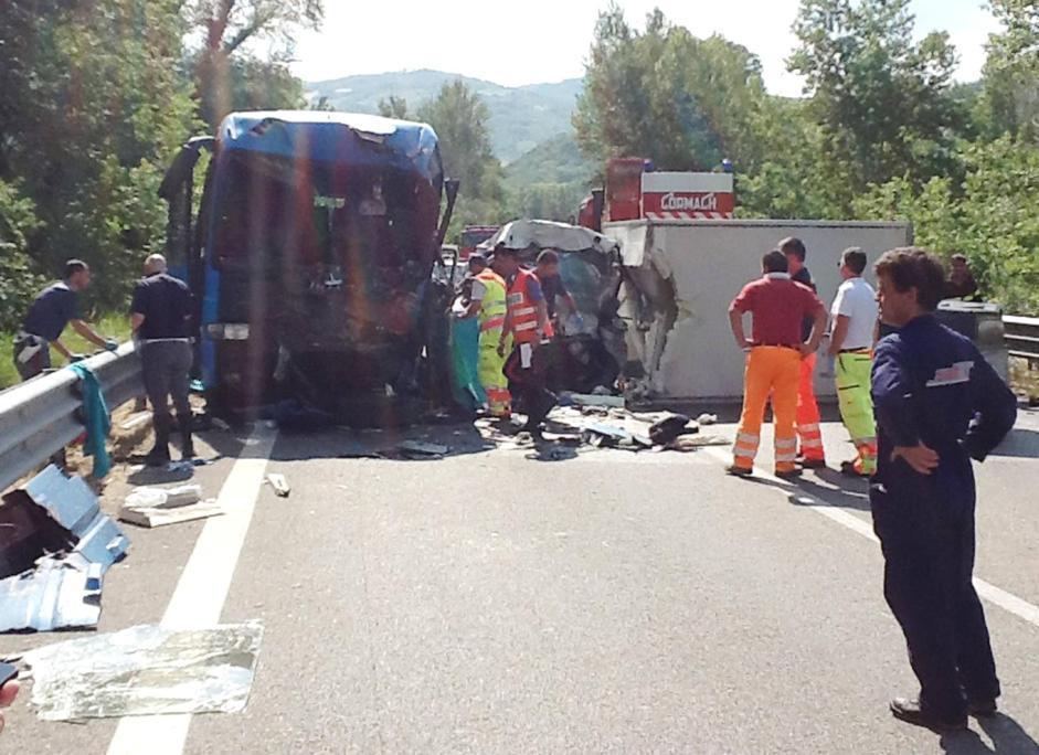 I vigili del fuoco e i carabinieri sul luogo dell'incidente avvenuto sabato pomeriggio sulla statale 647 Bifernina (Ansa/Luongo)