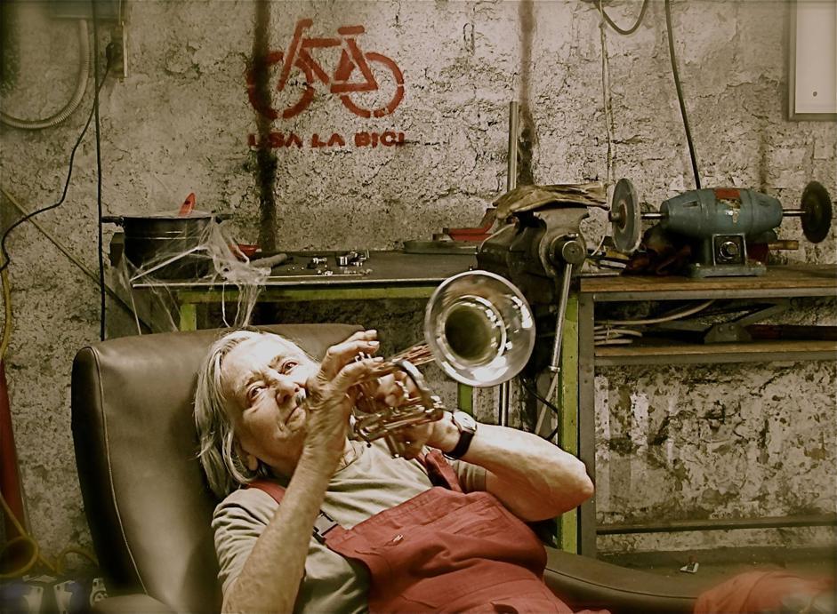 Con la tromba in una foto di scena del videoclip di «Alfonsina e la bici» (Ansa)