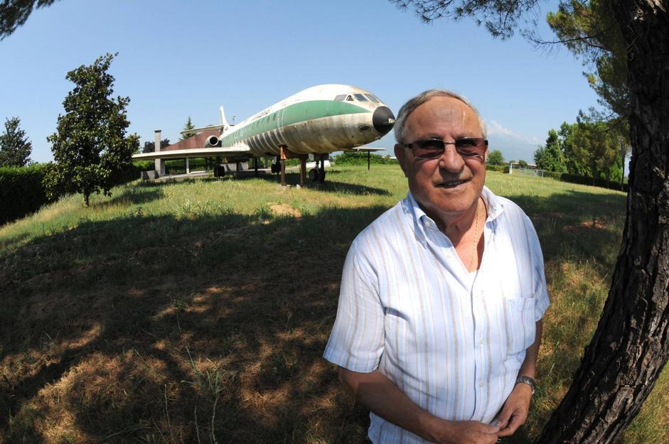 Aereo Privato Italia : Pordenone l aereo alitalia nel giardino