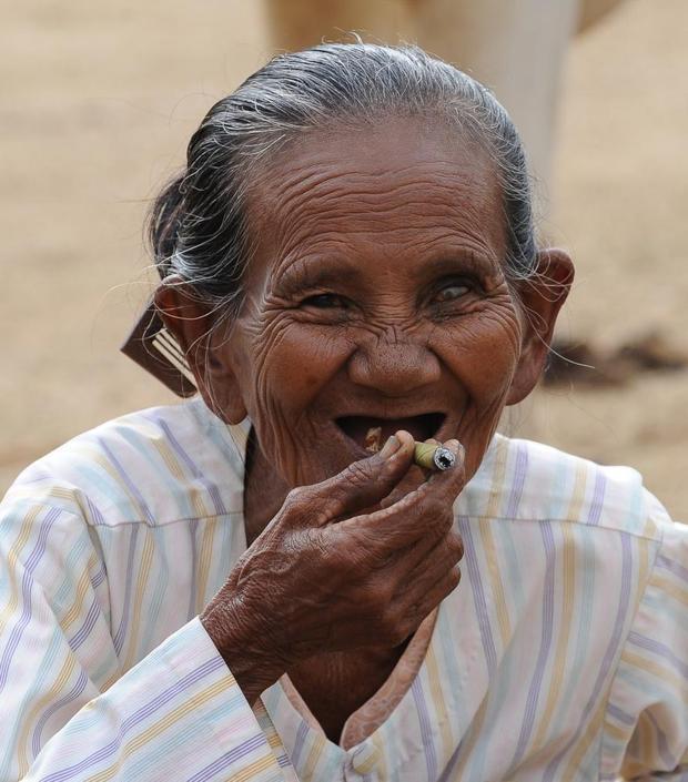 «La fumatrice», Myanmar (Heinz Homatsch)