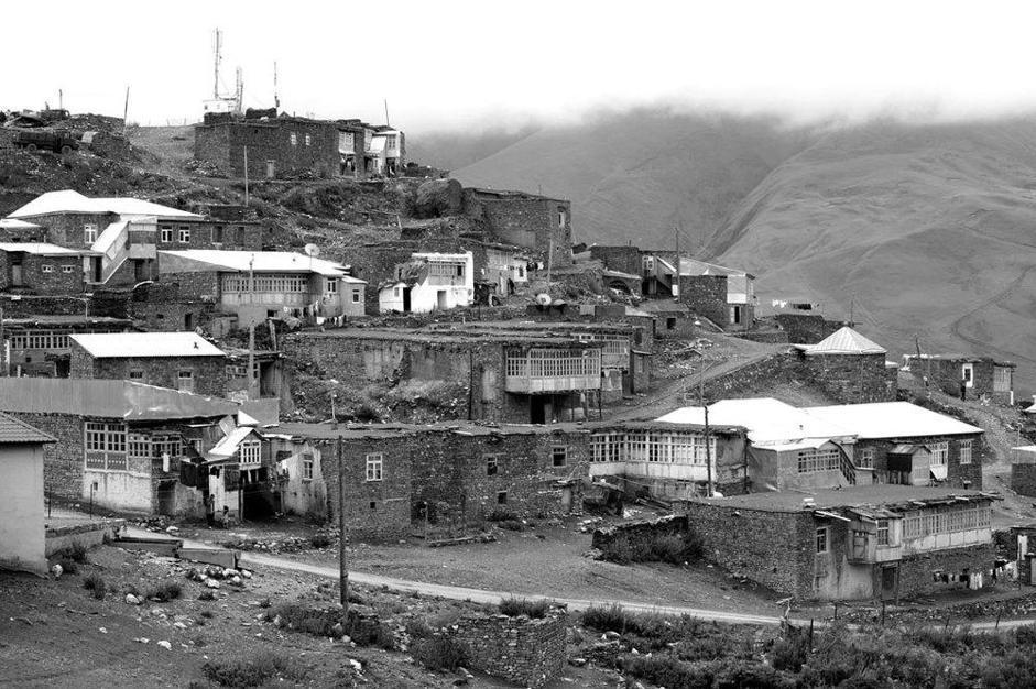 «Xinaliq». Il villaggio di Xinaliq, in Azerbaijan. È il villaggio più alto d'Europa, 2400 metri, e i suoi abitanti parlano una lingua unica al mondo. (Heinz Homatsch)