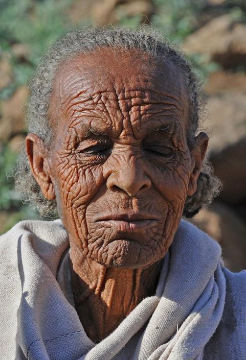 «Vita dura...», Etiopia. La donna ritratta ha appena 60 anni (Heinz Homatsch)