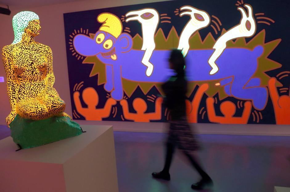 Il Museo d'Arte Moderna di Parigi, insieme allo spazio Centquatre, hanno inaugurato la retrospettiva sull'opera dell'artista americano Keith Haring, morto 23 anni fa a soli 32 anni (Afp)
