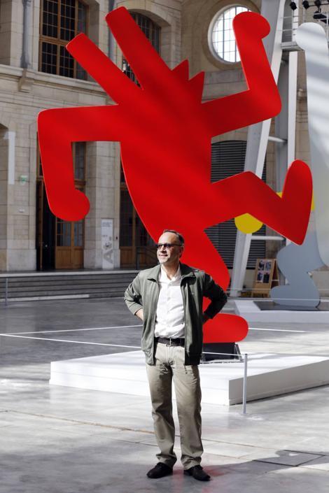 Il direttore dello spazio Centquatre José Manuel Gonçalves posa davanti ad un'opera di Keith Haring (Afp)