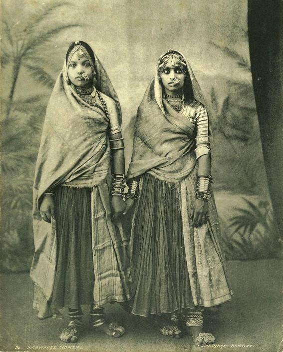 Ragazze Marwaree, collezione ?Campagna oceanica della Regia Nave Vesuvio 1906-1909?, Mumbai (ex Bombay), Maharashtra, India, 1900 ca., foto di anonimo