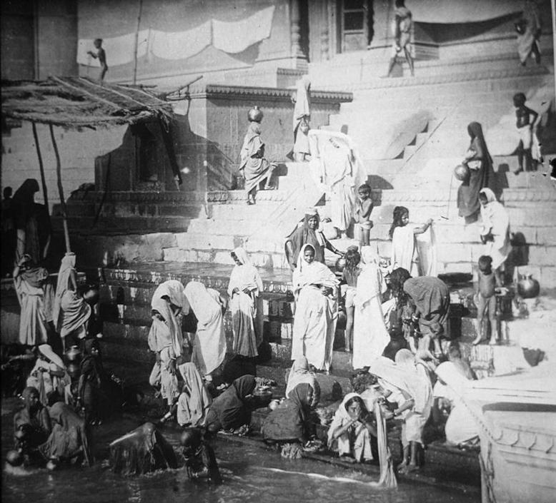 Rito del bagno nel fiume Gange considerato sacro dagli Indu, collezione ?Bandini?, Benares, Uttar Pradesh, India, 1903, foto di anonimo