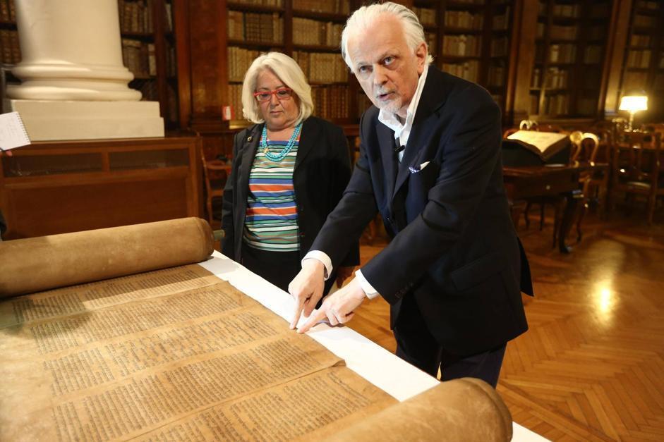 Maria Stella Antonino, vicedirettrice della Biblioteca universitaria di Bologna, e il professore Mauro Perani (Ansa/Nucci)