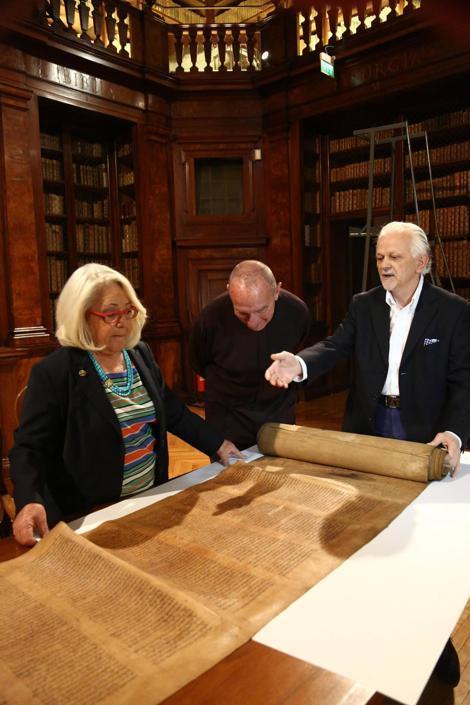 Antonino, Perani e don Gioovanni Nicolini, ex direttore della Caritas, davanti alla Torah più antica del mondo (Ansa/Nucci)