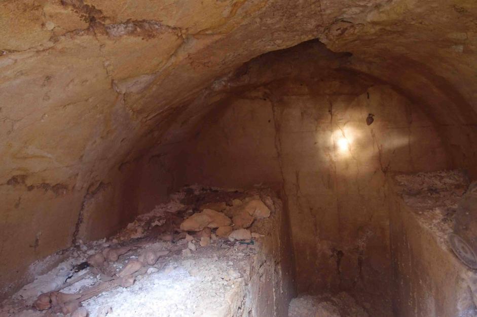 Un'altra immagine della tomba con un «aryballos» (unguentario) ancora attaccato alla parete