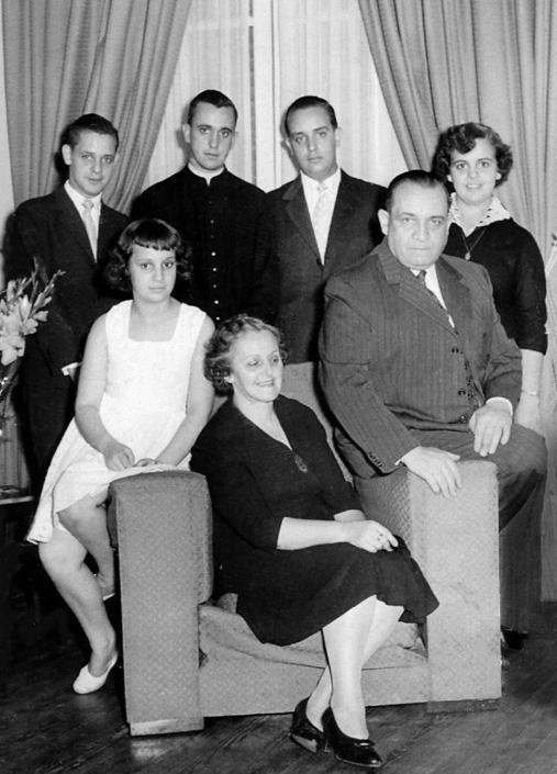 Il neo Papa Francesco (il secondo da sinistra, in abito talare) insieme ad alcuni membri della sua famiglia in una foto risalente molto probabilmente agli anni '60 (Clarin\Reuters)