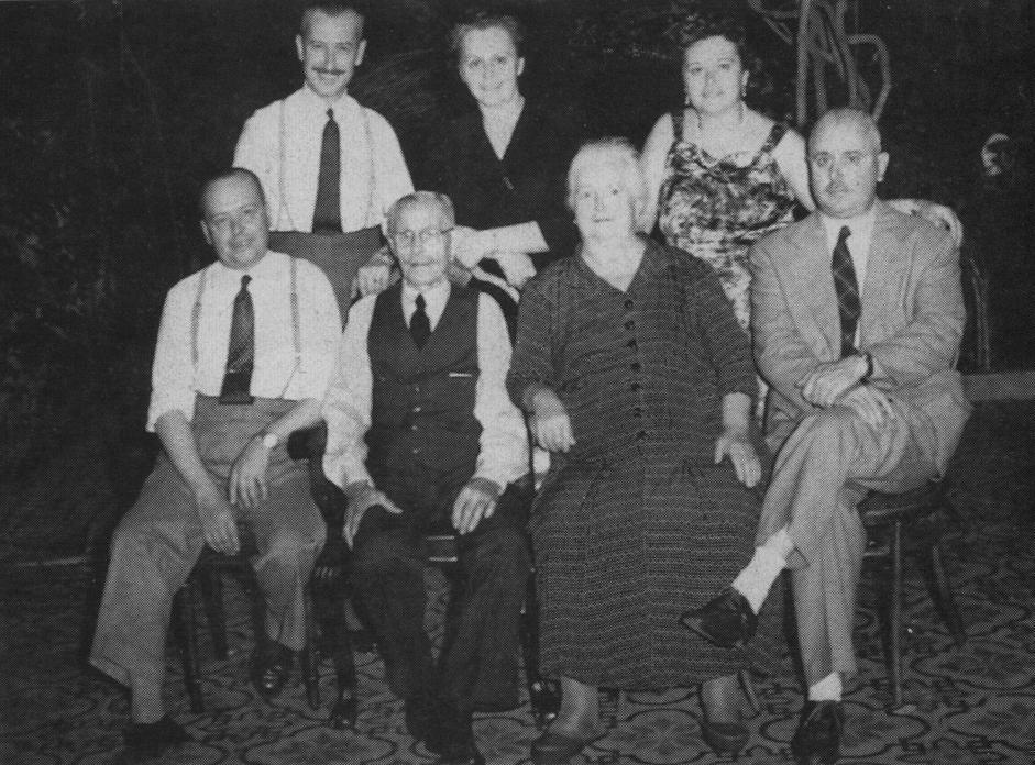 In alto da sinistra lo zio di Papa Francesco Adrian Sivori, la madre Maria Regina Sivori e la zia Catalina Ester Sivori. In basso da sinistra lo zio Vicente Francisco Sivori il nonno Francesco Sivori Sturla la nnona maria Gogna de Sivori e lo zio Luis Juan Sivori (Ap)