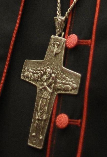 La cruz que lleva el nuevo Papa es de Osiris