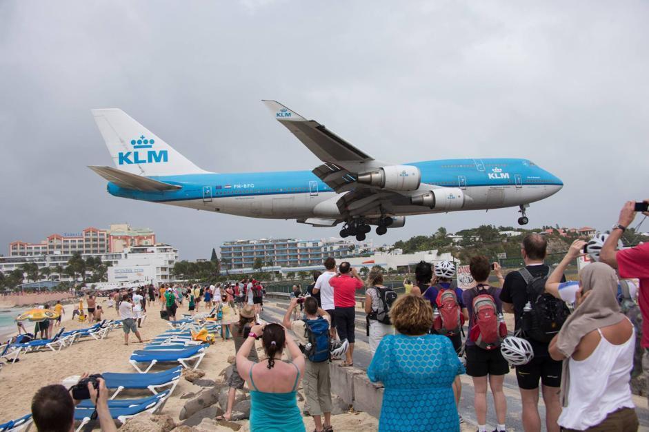 Saint Martin (o St. Maarten), l'isola caraibica a circa 150km da Puerto Rico è celebre anche per l'aeroporto situato tra una collina e la spiaggia di Maho: un paradiso per gli appassionati di fotografia aerea. Gli aeroplani sembrano atterrare in spiaggia (Olycom)