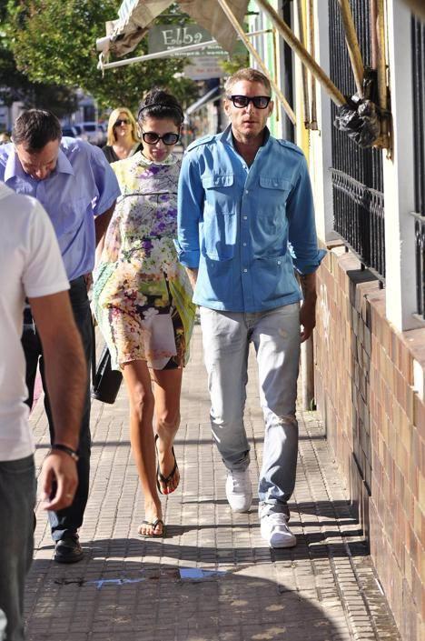 Lapo Elkann e la fidanzata Goga Ashkenazi si dirigono alla stazione di polizia di Maldonado, in Uruguay, per un interrogatorio dopo il furto di gioielli avvenuto nei giorni scorsi nella loro villa (Corbis)