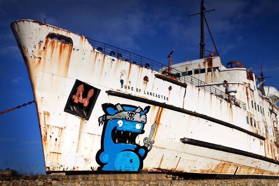 Il relitto della nave Duke of Lancaster, abbandonato sulla costa nella contea gallese del Flintshire,trasformato in tela per artisti grazie al collettivo Dudug (Olycom)