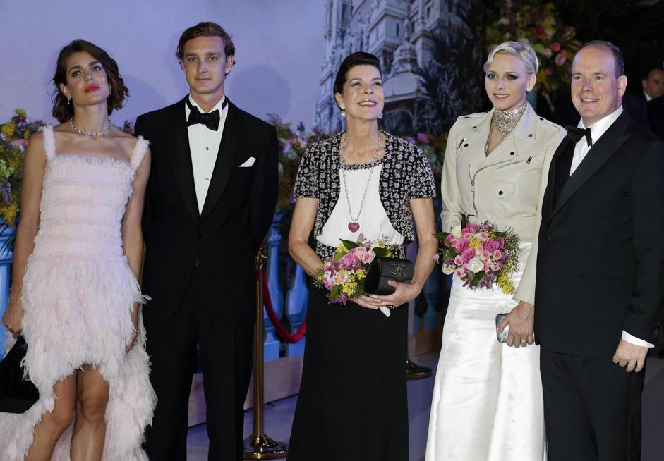La famiglia reale monegasca all'annuale ballo della rosa allo sporting