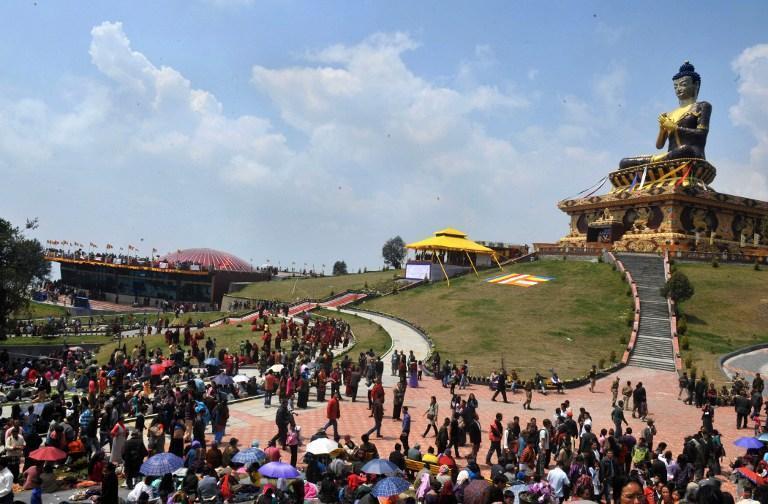 Monaci buddisti e devoti riuniti a Rabong, in India, per l'inaugurazione della statua del Buddha da parte del Dalai Lama (Afp)