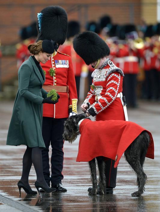 Per l'occasione Kate Middleton ha «riciclato» un cappotto verde di Emilia Wickstead che aveva acquistato lo scorso anno sempre per la festa di San Patrizio (Afp)