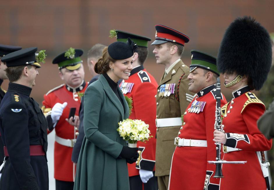 Nella caserma di Aldershot (Hampshire), il principe William e consorte sono stati accolti dai soldati del primo Battaglione delle guardie irlandesi (Afp)