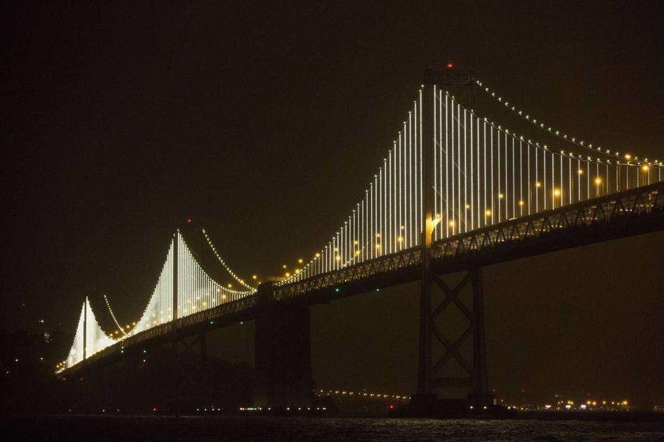 San francisco il bay bridge illuminato a festa for Ponte del secondo piano