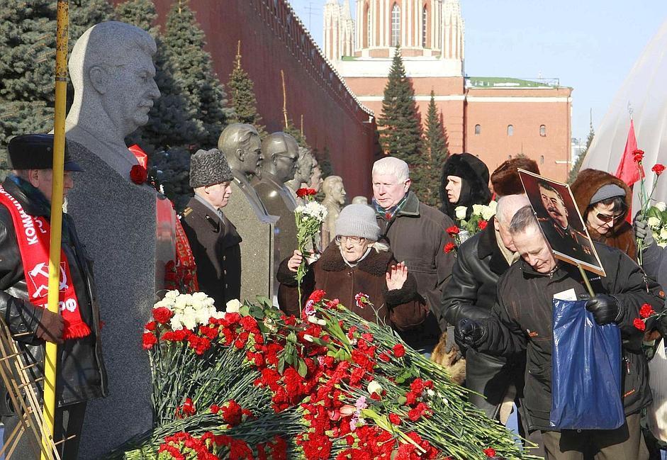 Uomini e donne posano fiori sulla tomba del leader sovietico Josip Stalin presso la Piazza Rossa, a Mosca. La celebrazione di oggi si inserisce nelle numerose manifestazioni organizzate lungo tutto l'anno per ricordare i 60 anni dalla morte del leader sovietico (Reuters/Karpukhin)