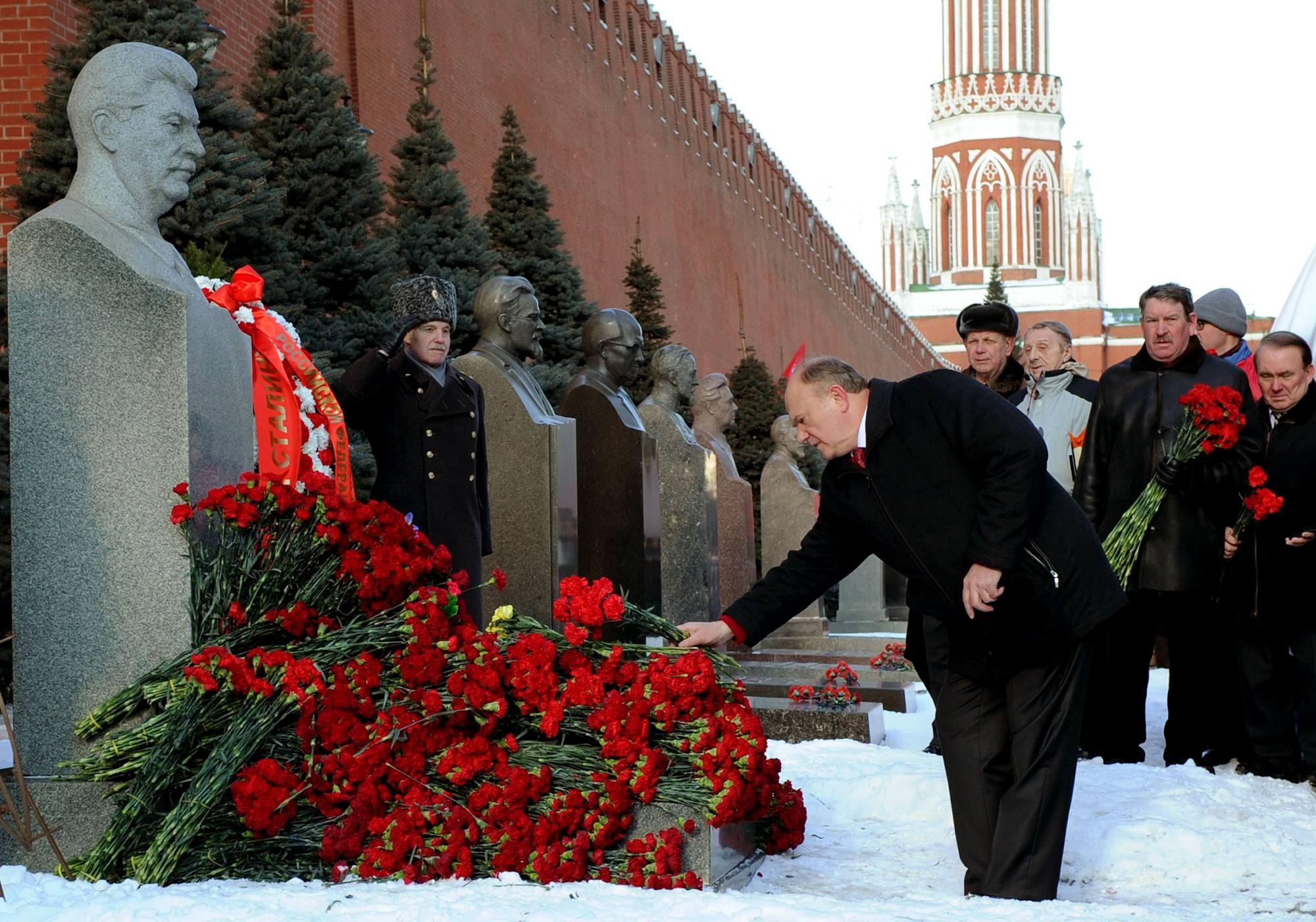 Il leader del partito comunista russo Gennady Zyuganov rende omaggio alla tomba di Stalin (Afp/Smirnov)
