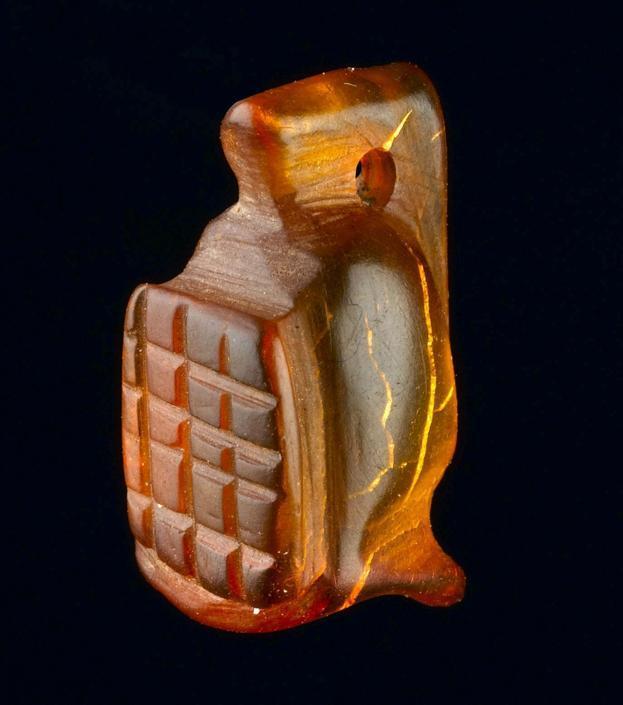 Uno dei pezzi ritrovati: un amuleto in ambra a forma di elmo di gladiatore ((Museum of London Archaeology)