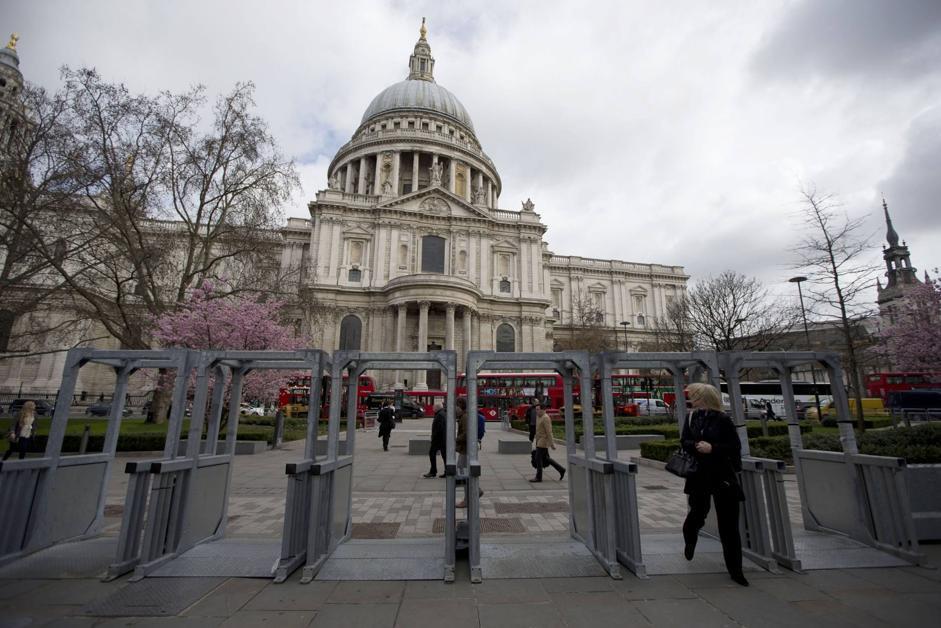 Imponenti misure di sicurezza temporanee sono state allestite davanti alla cattedrale - alla  cerimonia parteciperà anche la Regina Elisabetta (Ap/Dunham)