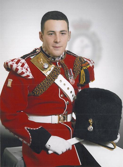 La vittima del brutale attacco ieri a Londra per mano di due terroristi è Drummer Lee Rigby, 25enne di Manchester, che prestava servizio presso il secondo battaglione del Royal Regiment of fusiliers. Lo rendo noto il ministero della Difesa britannico. Rigby era padre di un bambino di due anni.